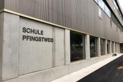 Eingang  Schulhaus Pfingstweid